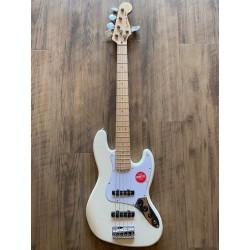 Squier Affinity Series™ Jazz Bass® V, Touche en érable, Pickguard blanc, Olympic White